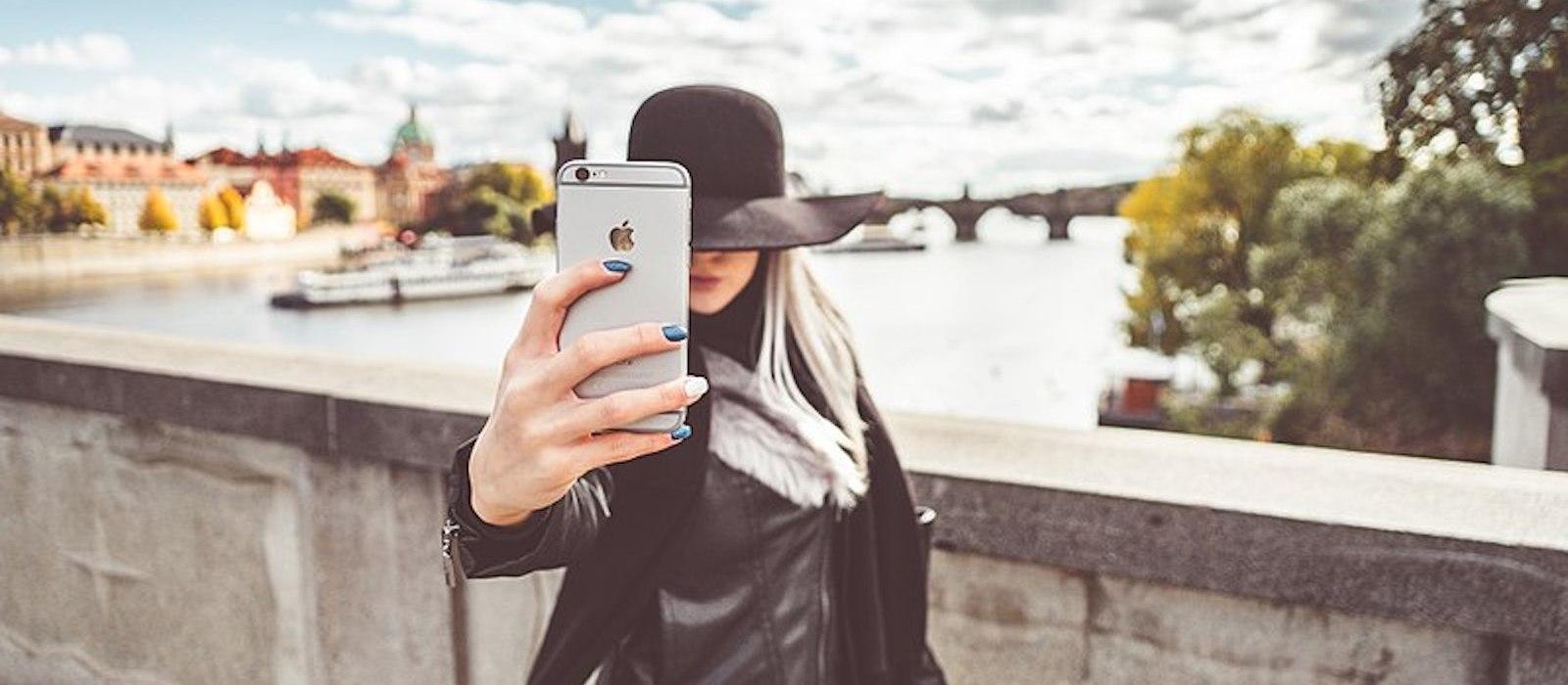 Chica haciendo un selfie